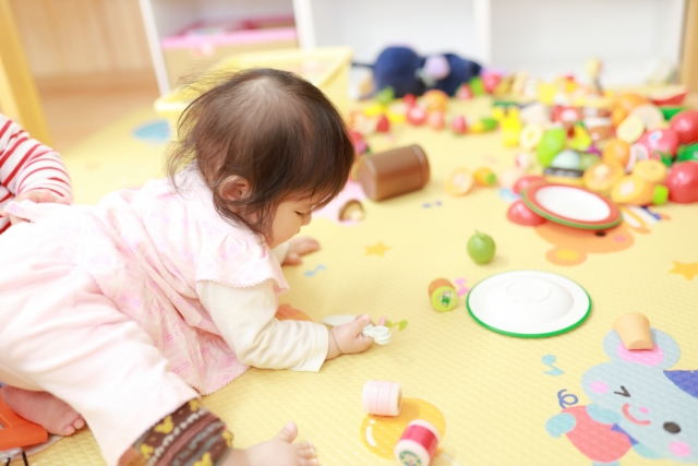 保育士が乳児院で働くには?必要な資格や仕事内容、給料・待遇を解説